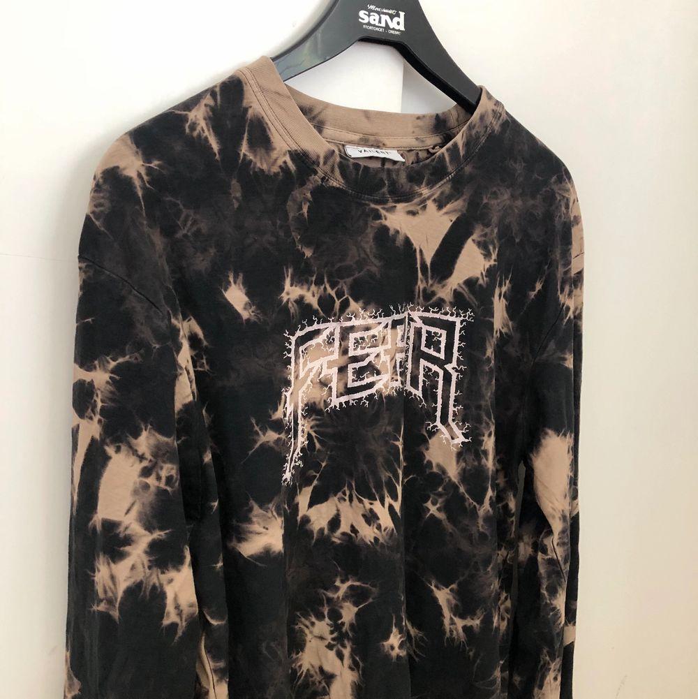 En cool tröja från carlings som är slutsåld 🌼 tycker den är skitcool men använder aldrig och därav säljer istället. Tröjor & Koftor.