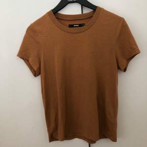 T-shirt från bikbok som är köpt för längesen, säljer pga att den aldrig används ✨