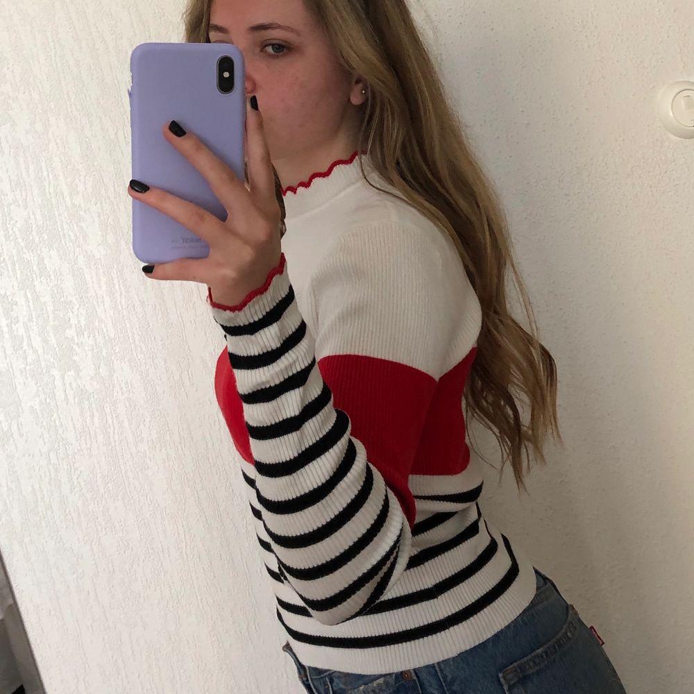 Röd, vit och svar randig tröja från zara! Jättefin men inte längre min stil. Storlek M men passar mig som brukar ha S. . Tröjor & Koftor.