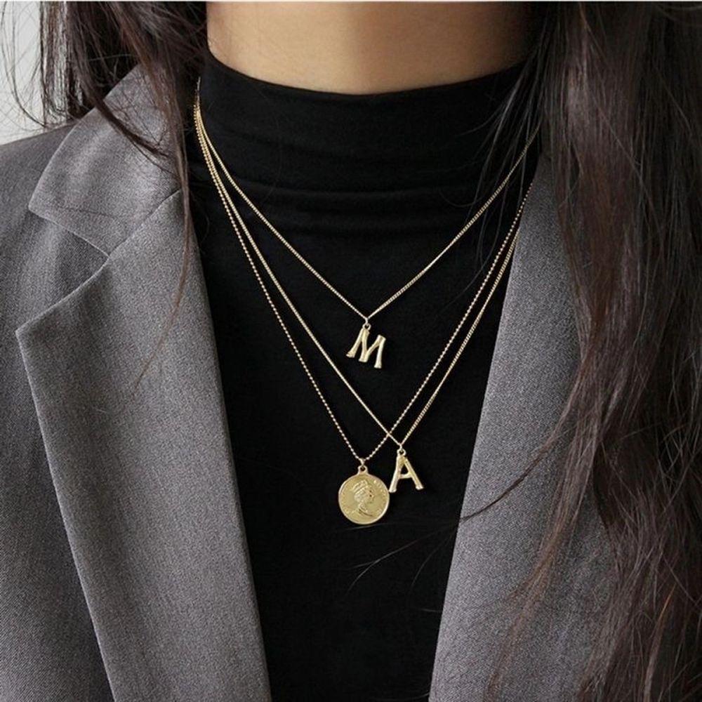 Säljer bokstavs halsband!💗 Har både i silver och guld 🌟 Har endast en av varje bokstav så först till kvarn gäller!!💗 DEM ÄR HELT NYA KOMMER I ORGINALFÖRPACKNING!!🥰Kan både frakta och mötas upp!💗. Accessoarer.