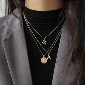 Säljer bokstavs halsband!💗 Har både i silver och guld 🌟 Har endast en av varje bokstav så först till kvarn gäller!!💗 DEM ÄR HELT NYA KOMMER I ORGINALFÖRPACKNING!!🥰Kan både frakta och mötas upp!💗