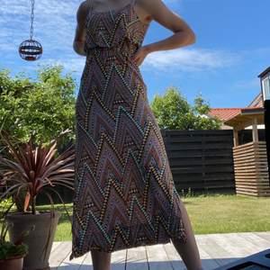 En lång mönstrad klänning med slits vid nedre delen av kjolen. En väldigt snygg och elegant klänning men även väldigt passande för vilken sommardag som helst. Säljer den då jag inte använder den längre. Passar perfekt för en XS.