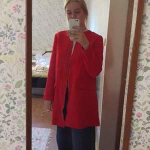 Väldigt stilig jacka från HM. Färgen är klarröd. Aldrig använd men när jag provat den är den superskön.