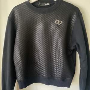 Fint skick på en tröja ifrån love moschino, detalj med 2 hjärtan storlek 36