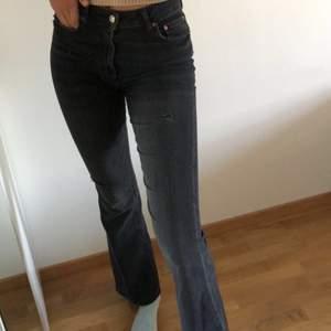 Super fina jeans i bra skick och storlek 36 från Zara med lite slitningar, sitter perfekt på mig och jag är 179cm. Frakt ingår ej!😊