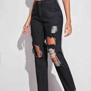 Dark wash straight fit jeans från Shein Helt nya (oanvända) Säljer dem eftersom att jag råkade köpa fel storlek