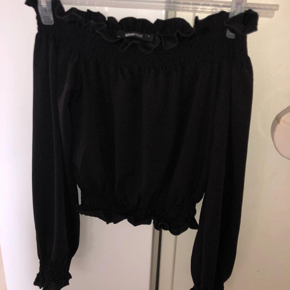 Säljer nu min fina topp från Gina tricot! Den passar till allt och är väldigt stretchig, använd ett fåtal gånger. Färg svart. Nypris 299 kr. Frakt står köparen för.. Blusar.