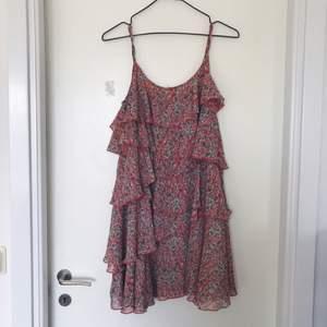 Superfin volangklänning från MQ. Den är några år(typ 5?) gammal men använd max 3 gånger!