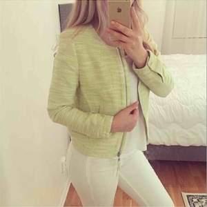 FRI FRAKT Helt ny jacka i mintgrön färg, super fin till våren/sommaren! Chanel stuk i den vilket får den att se väldigt lyxig ut! Passar XS/S