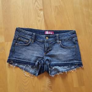 jeansshorts använda en gång. inköpta på H&M. storlek w27. alltså storlek 36  kan mötas upp i Stockholm. annars betalar köparen för frakten