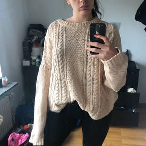 Oversized tröja från Monki, passar strl S-XL beroende på önskad passform. Perfekt till sommarkvällar!