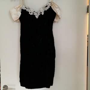 Svart figursydd cocktail klänning som jag säljer på grund av att den är för lite för mig. Har en fin vit rosett på baksidan samt ett tyg som liknar sammet. Köpare står för frakt.