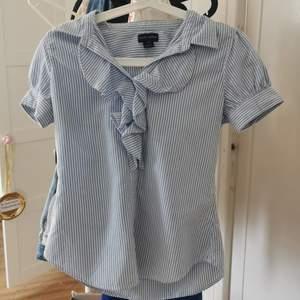 Vet ej om den räknas som skjorta eller blus haha, men den är iaf i princip oanvänd. Den är testad men aldrig använd ute och har hängt ett bra tag i min garderob. Köpare står för frakt men priset kan nog förhandlas :)