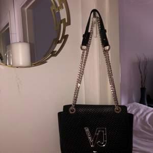 Fin, använd Versace Jeans väska