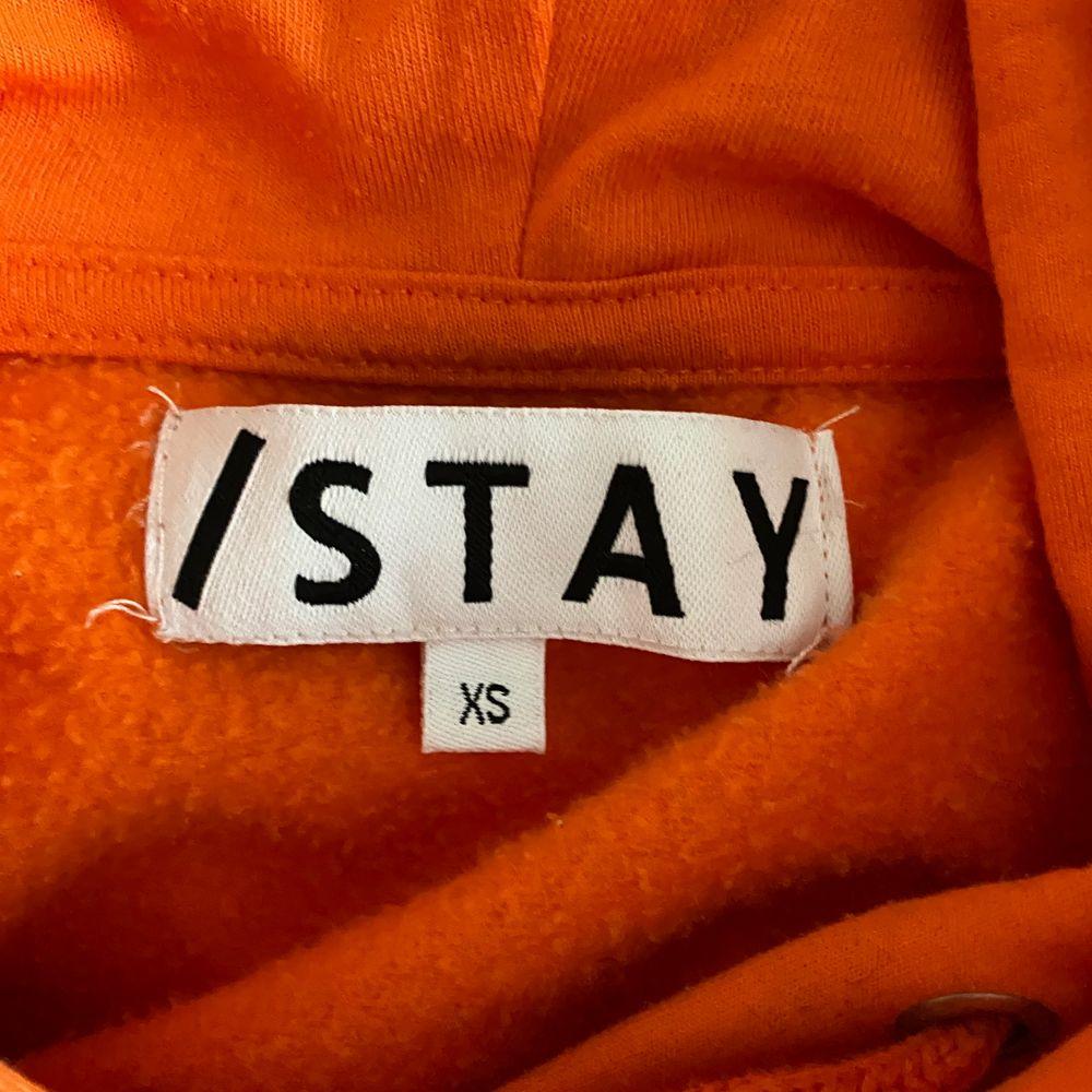 Snygg orange hoodie från stay. Väldigt bra skick🧡. Huvtröjor & Träningströjor.