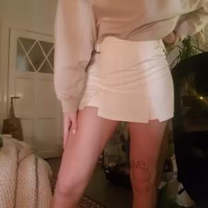 Säljer denna mycket fina kjol då den skulle användas till utklädning på fest men aldrig användes. Dumma jag klippte ändå av prislappen och kan nu inte skicka tillbaka den och är därav oanvänd😊 Kjolen är i storlek 38 men är liten i storlek❤FRAKT INGÅR