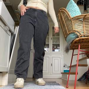 Raka gråa pösiga  jeans köpa på ASOS, storleken är 32x32 tror jag men passar mindre beroende på hur man vill att de ska sitta, tror de ska vara högmidjade men snyggare lågmidjade🖤 oanvända