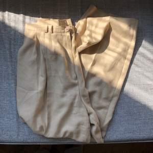 Beiga kostymbyxor köpta på beyond retro. De är lite noppriga (syns lite på bild 1 men kan skicka fler bilder) men annars bra skick :) midjemått ca 76cm. möts upp i Malmö, annars står köparen för frakten!💕