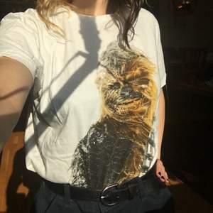 Supersöt t-shirt med chewbacca tryck från dedicated använd ett fåtal gånger så så gott som ny 🐻 fraktkostnad: 44 kr men kan även mötas upp i stockholm