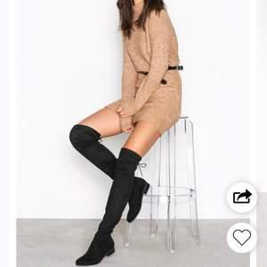 Knälånga boots i svart ifrån Nelly<3 Använda max 2 gånger och är i väldigt nytt skick! Köparen står för frakt eller så finns de att hämta i Eskilstuna🖤