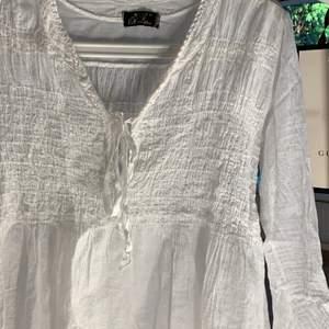 Söt vit blus från Tessie som aldrig är använd. Storlek finns inte angiven men den passar mig som har XS/S. Frakt tillkommer vid köp. 💞