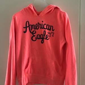 Rosa tunnare Hoodie från American Eagle i storlek S. Sparsamt använd och fint skick. Köparen står för frakt