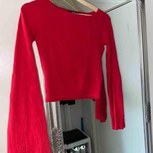 Fin röd tröja med utsvänga ärmar, skriv för mer bilder 🌸