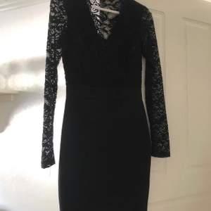 Svart klänning med spets på armar + bröstet! Sitter skitsnyggt på, använd 1 ggn. Strl xs