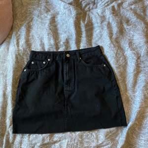 Säljer en helt ny kjol från na-kd, köpte fel storlek och då inte använd. Storlek 36