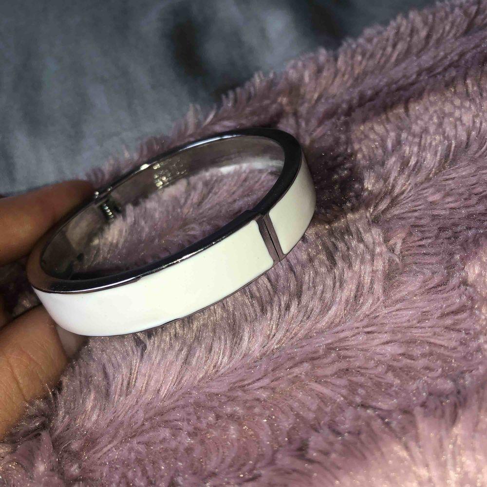 Stålarmband, inspirerad av hermes armbandet. Aldrig använt och därav till salu. Fraktar (tillkommer) och möts upp!🤍. Accessoarer.