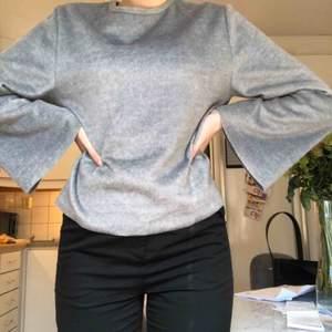 Grå tröja från zara med vida ärmar & lite halvlurvigt material som inte riktigt går att fånga på bild! Köparen står för frakten✨