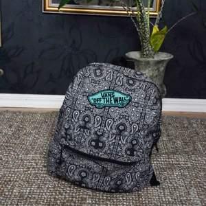 Ryggsäck från vans! Super fin- fläck på remmen (syns på sista bilden) 🖤🖤🖤  #vans #ryggsäck #backpack #street #hippie #secondhand #thrifted #humana