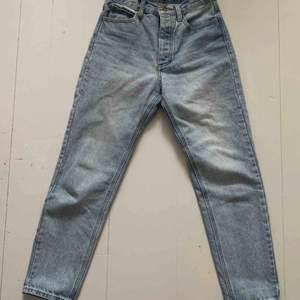 """Boyfriend-jeans från Brandy Melville Storlek M men är mer som en XS/S """"Jane light wash jeans"""" Sparsamt använda Notera lagning på insidan av linningen, detta är dock inget som syns på:)"""