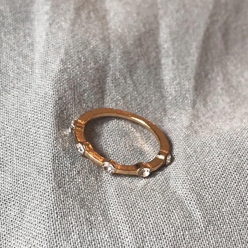 Superfin guldig ring med diamanter. Köparen betalar frakt❣️. Accessoarer.