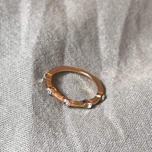 Superfin guldig ring med diamanter. Köparen betalar frakt❣️