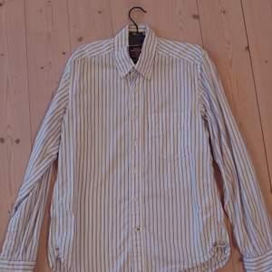 Snygg randig H&M skjorta i storlek small. I använt skick men inga hål, fläckar osv. Frakten ingår i priset!!