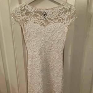 Spets klänning, den är väldigt tajt men när den väl är på sitter den på sin plats, använd fåtal gånger Frakten står köparen för