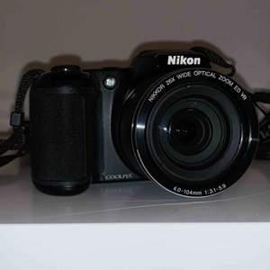 20-megapixelkamera. 26x optisk zoom. LCD-skärmen på 7,5 cm  18 motivtyper. Drivs av 4 AA-batterier. Linsskydd medföljer. Halsrem medföljer. USB kabel medföljer.