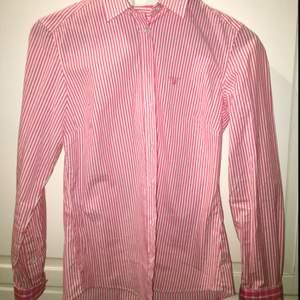 Gant skjorta använd ca 2 ggr. Strl 36, vit och rosarandig.  Tar swish!