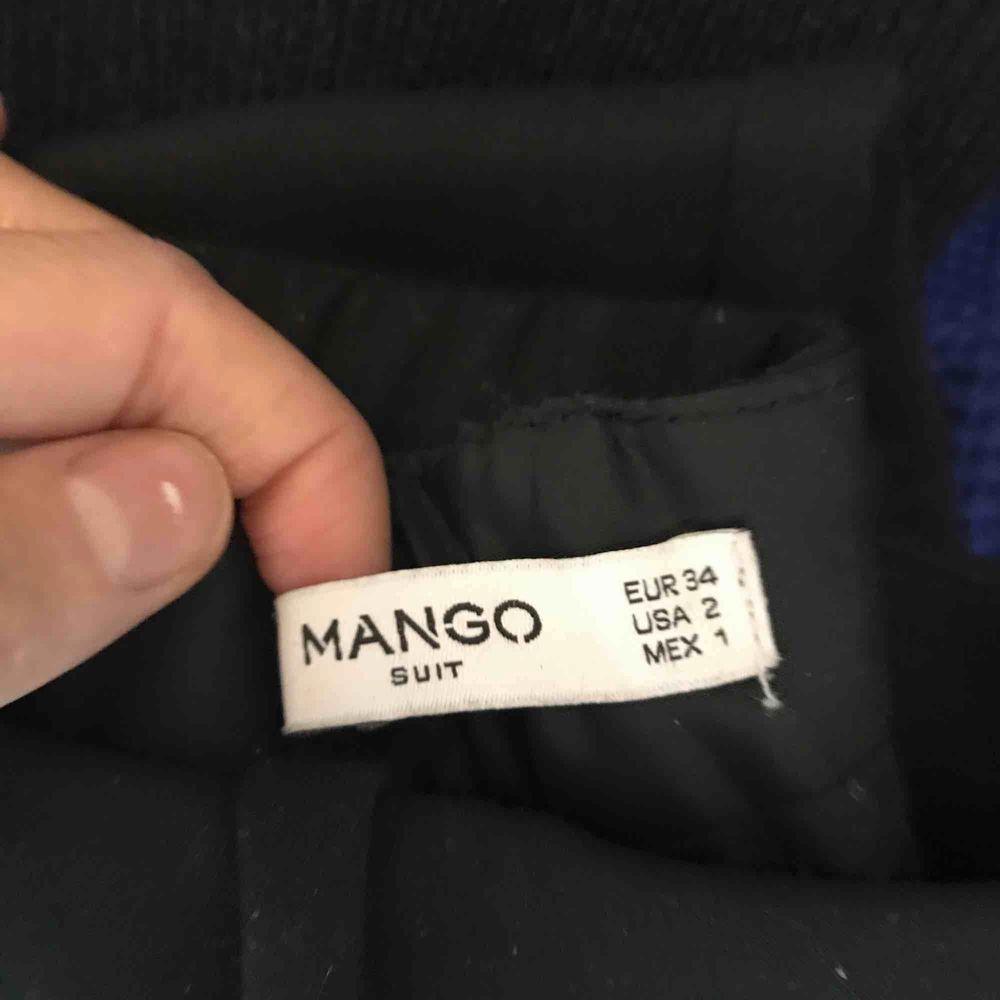 Kostymbyxor från mango. Storlek XS sälja pågrund utav jag inte får användningar av dem. Väldigt snygga och enkla, passar till de mesta.   Använd vid två tillfällen, FN-rollspelet i 9an samt midsommarafton för två år sedan. (Går nu 2an på gymnasiet) . Jeans & Byxor.