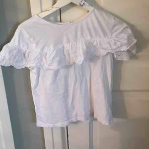 En söt tshirt med volang. Köpt i paris på gap