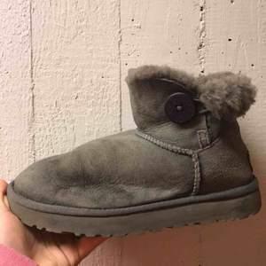 SKÖNASTE skorna någonsin, äkta uggs köpta i USA ca 2 år sedan så använda två vintrar. Säljer pga inte min stil längre men finns så mycket kvar av dessa skor att ge! Välkomna att buda:)