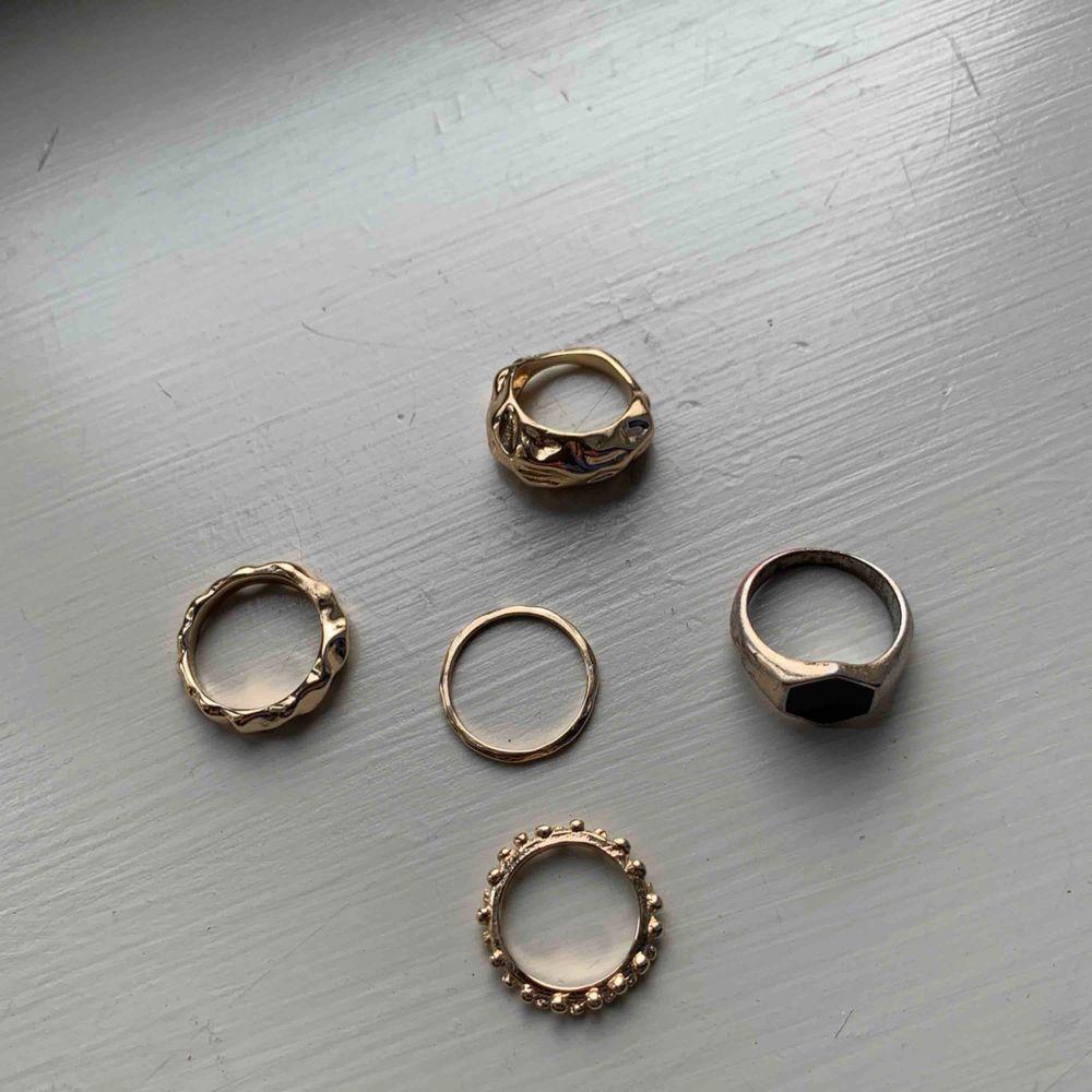 5 jätte fina ringar som jag aldrig använt Jätte bra skick 4 guldiga och en silvrigt rostig med svart sten Du kan en för 13kr styck men få alla för 55. Accessoarer.