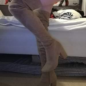 Beigea knähöga boots från H&M storlek 37. 9CM klack. Väl använda men inte fläckar eller så. Hund och katt finns i hemmet. Möts i Stockholm eller så betalar köparen frakt.