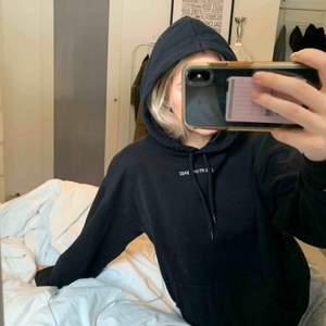 Hoodien är hel och inga fläckar. Säljer pga att jag ej använder