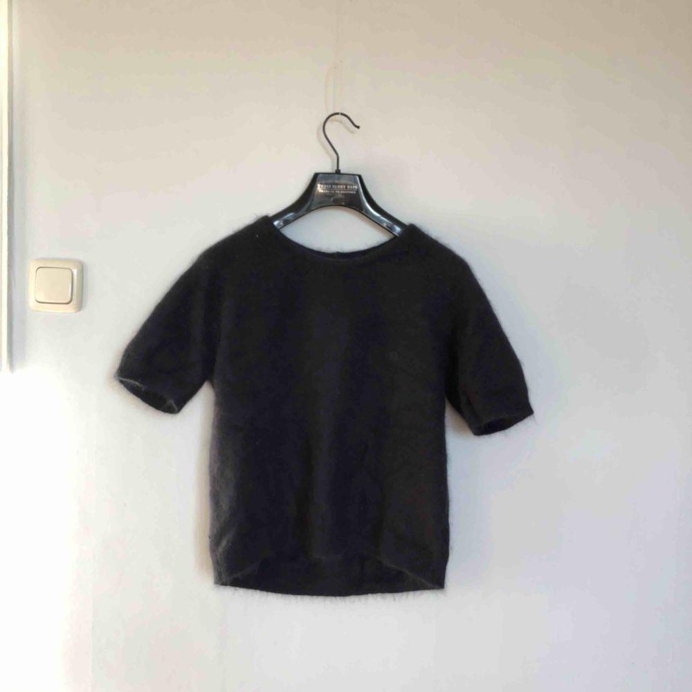 Kortärmad tröja i 75% angora från Stylein. Mörkblå i färgen. Åt det större hållet i storleken. Sparsamt använd.   Köparen betalar frakt, alt upphämtning i Gävle eller Uppsala! . Tröjor & Koftor.
