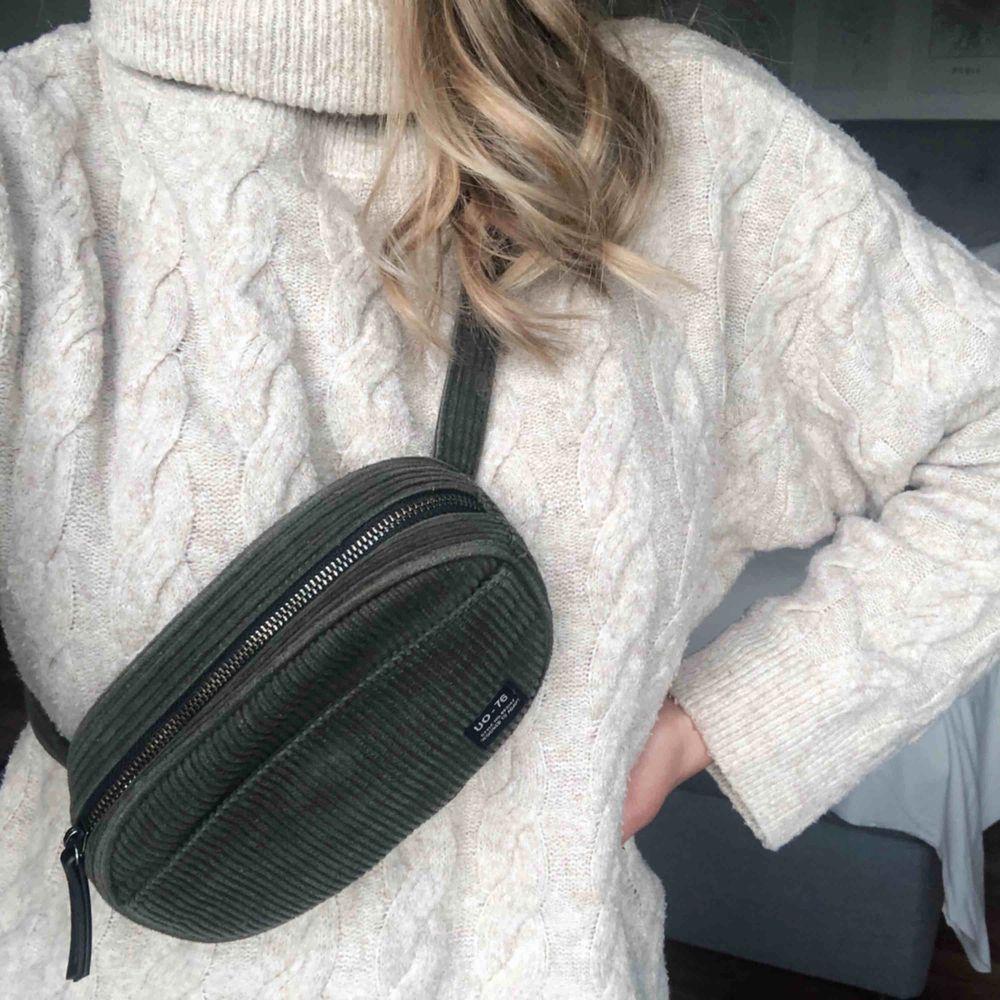 Ursnygg och praktiskt mörkgrön manchester beltbag, köpt på Urban Outfitters i Köpenhamn för ett år sedan. Använd få enstaka gånger, och är i väldigt bra skick! (Köparen står för frakten)✨. Väskor.