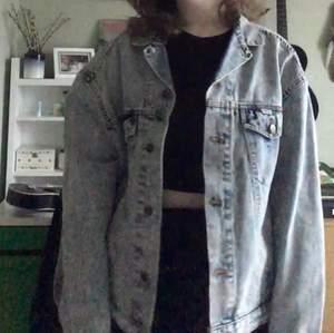 Oversized jeansjacka, så jäkla snygg men har aldrig kommit till användning tyvärr. Har en mycket dålig kamera så de två första bilderna visar passformen och den sista visar färgen hur den faktiskt ser ut. 🥰