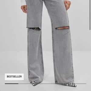 superfina gråa bershka jeans i modellen Wide 90s. Säljer pga lite för stora på mig. Helt nyaköpta och bara provat dom 1 gång. Säljer för 350 men går såklart att buda! Strl 36-38
