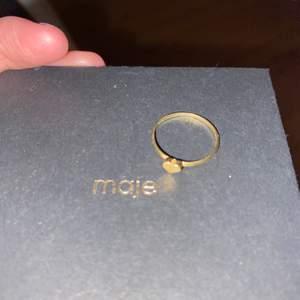 Söt ring med hjärta. Vet inte vilket märke (inte maje det är bara lådan). Använt den Max 5 gånger.